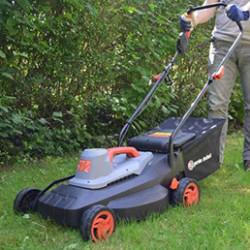 La tondeuse à gazon est un élément indispensable pour tout jardinier ! Savez-vous comment la choisir ? Il existe de nombreuses sortes, telles que les tondeuses électriques, thermiques ou encore les robots tondeuses par exemple. C'est la superficie de votre terrain à tondre qui déterminera principalement le type de tondeuse à privilégier. Par exemple, pour un terrain allant jusqu'à 500 m², préférez une tondeuse thermique, électrique (à fil ou batterie, selon vos préférences) ou encore un robot tondeuse (pouvant aller jusqu'à 1000 m²) : il tondra pour vous en toute autonomie !