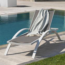 Craquez pour un bain de soleil ou une chaise longue. Que ça soit dans le jardin, sur votre terrasse ou au bord de la piscine, leur dossier multi-positionsvous assurent de longues heures de farniente. En résine tressée, en aluminium et textilène, ses matières vous assurent un confort optimal. Il ne vous reste plus qu'à vous plonger dans un bon bouquin ou à profiter du soleil !