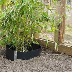 Labarrière anti-racineouanti-rhizome, contrôle le développement des racines préservantainsi les conduits, les fondations, les étangs, les terrasses, les tuyaux et maçonneries enterrées ou toutes les zones qui ont le besoin d'être protégées. Labarrière anti-racinerésiste à toutes les racines, même dans les sols les plus agressifs. Les rhizomes de bambous ne seront plus à craindre !